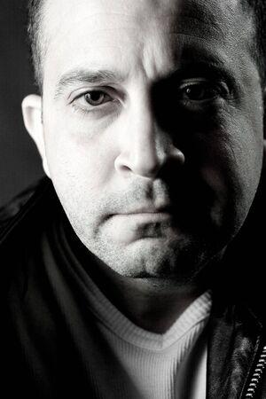 persona deprimida: Retrato de un medio serio de a�os hombre de negro en blanco. Foto de archivo