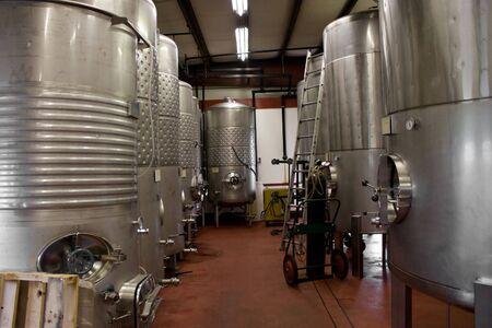 Moderne aluminium vaten druivensap is waar de leef tijd tot wijn gelegen in een kelder van de wijn gaard. Stockfoto