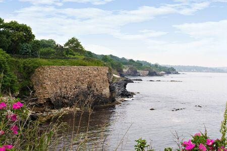 Der schönen Küste von Rhode Island mit Wilde Blumen im Vordergrund. Standard-Bild
