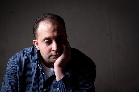 hombre preocupado: Un hombre de mediana edad con un contemplativo mirar en su rostro.  �l podr�a ser preocupado o deprimido acerca de algo.