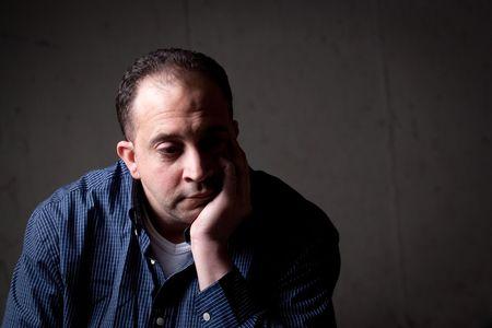 homme inquiet: Un homme du milieu ans avec un contemplative regarder sur son visage.  Il pourrait �tre inquiet ou d�prim� quelque chose. Banque d'images