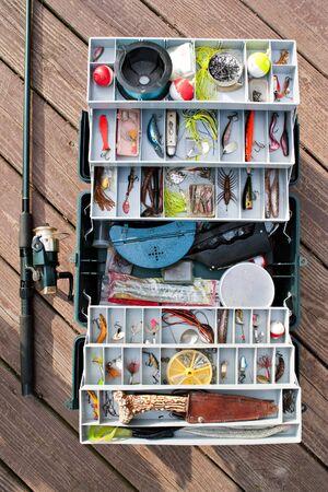 Un stock entièrement fishermans tackle box rod et la bobine prêts pour une longue journée de pêche. Banque d'images