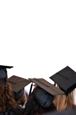大学や高校の卒業生の伝統的なキャップと白で分離のガウンを着てのグループ。テキストまたはレイアウトのコピー スペースがたっぷり。フィール