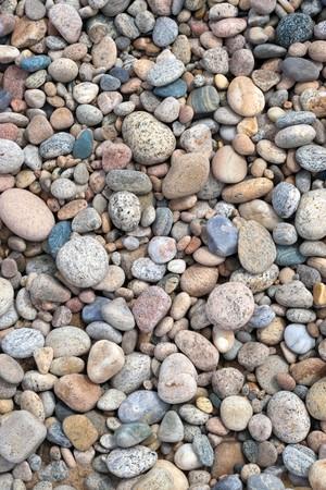 Een close-up van een gladde, gepolijste stenen aangespoeld op het strand.