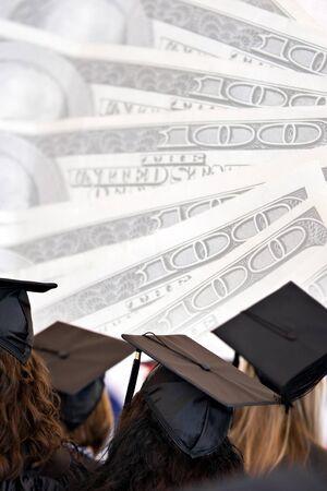Montaje de educación universitario con graduados aislados sobre un fondo de dinero.  Foto de archivo