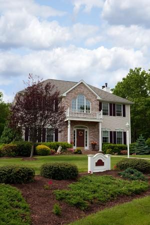 Una casa de lujo construido personalizado moderno en un barrio residencial. Esta clase de alta casa es una propiedad muy bien cuidada.  Foto de archivo - 7106459