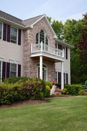 residential neighborhood: Una casa de lujo construido personalizado moderno en un barrio residencial. Esta clase de alta casa es una propiedad muy bien cuidada.  Foto de archivo