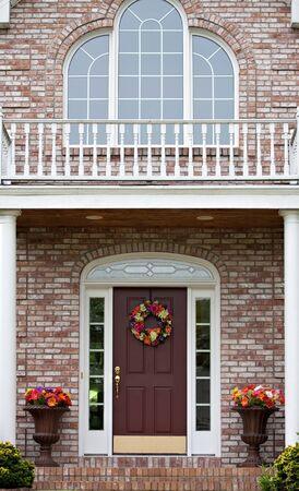 La entrada frontal de un hogar de lujo de gran costumbre construido en un barrio residencial.  Foto de archivo - 7299244
