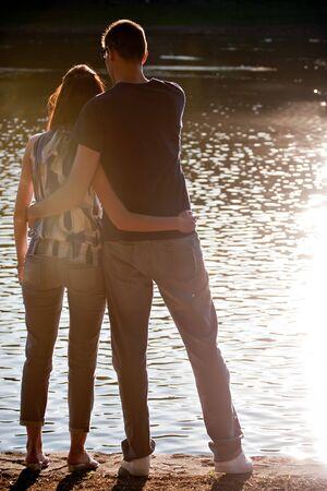Silhouette eines liebesurlaub Paares umarmen einander in den frühen Abendstunden.