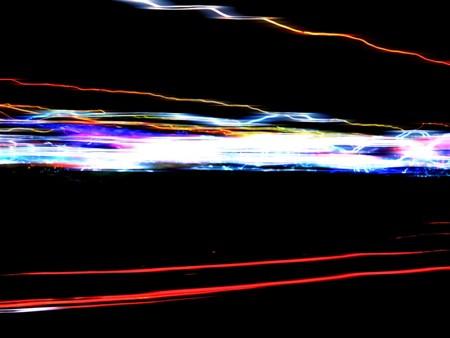 黒い背景に分離された光のカラフルな熱烈なトレイルの抽象的なイラスト。
