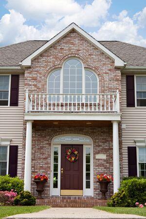 casa colonial: La entrada frontal de un hogar de lujo de gran costumbre construido en un barrio residencial.  Foto de archivo