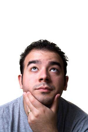 hombre pensando: Un hombre joven en su medio de 20 a�os con su mano en su barbilla parece que est� pensando profundamente acerca de algo.