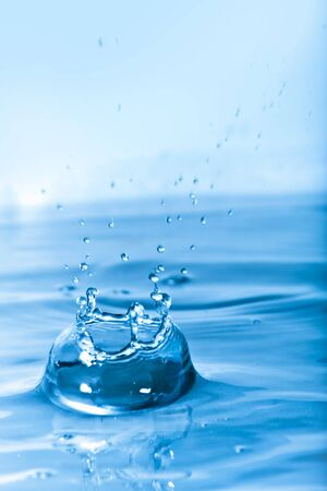 푸른 물 배경 질감 및 드롭 릿 왕관 셰이프를 형성와 스플래시. 필드의 얕은 깊이. 스톡 콘텐츠