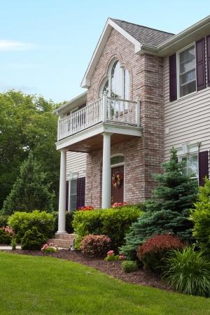 casa colonial: Una casa de lujo construido personalizado moderno en un barrio residencial. Esta clase de alta casa es una propiedad muy bien cuidada.  Foto de archivo