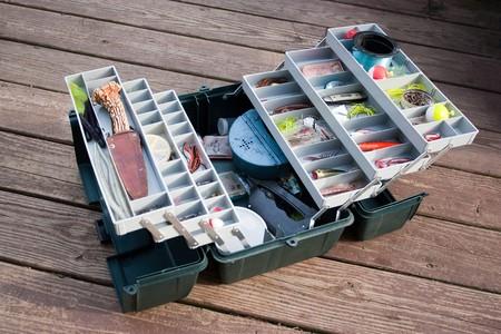 Une boîte de tackle fishermans grand entièrement ensemencée de leurres et engins de pêche. Banque d'images