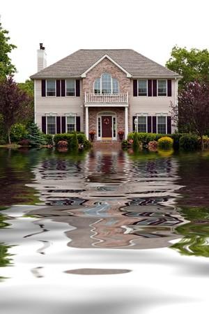 catastrophe: Maison avec le concept de dommages dus aux inondations avec des reflets de l'eau. Banque d'images