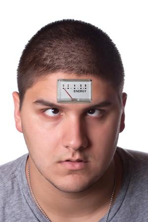 Conceptuele afbeelding van een jonge man met een lage energie meter op zijn voorhoofd te illustreren vermoeidheid.  Stockfoto