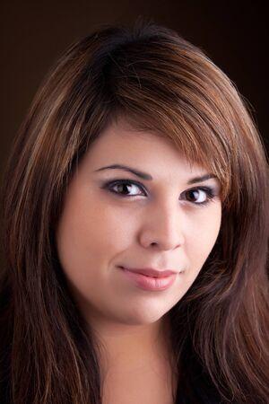 highlighted hair: Piuttosto giovane donna latino-americana con un sorriso sul suo viso e capelli evidenziato.