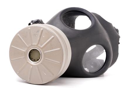 gasmasker: Een oude versleten gas masker met zwart rubberen geïsoleerd op wit.  Ondiepe diepte van het veld.