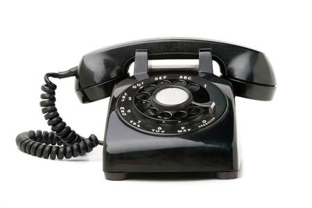 telefono antico: Un vecchio telefono nero stile rotativo vintage isolato su uno sfondo bianco. Archivio Fotografico
