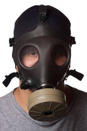 gasmask: Un giovane uomo indossa una maschera antigas isolata su uno sfondo bianco.