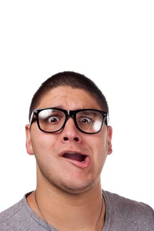 maladroit: Un homme goofy porte des lunettes nerd trendy isol�s sur blanc avec une expression dr�le sur son visage.