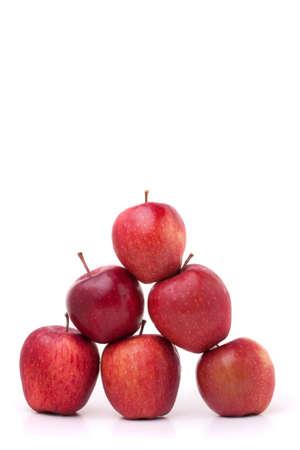 piramide alimentos: Una pir�mide de manzanas deliciosas rojas sobre un fondo blanco.