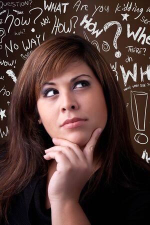 Een jonge vrouw denkt diep over iets. Conceptuele doodle vraag woorden zweven in de achtergrond. Stockfoto - 8482049