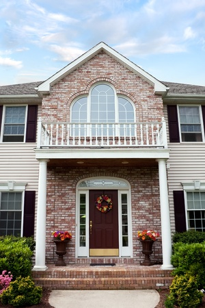 Un gran costumbre construido lujo casa en un barrio residencial.  Esta casa de high-end es propiedad muy bien cuidado. Foto de archivo - 8578929