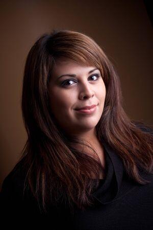 highlighted hair: Una giovane donna di Hispanic bella con un sorriso sul suo viso e capelli evidenziato. Archivio Fotografico