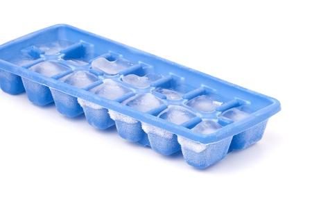 Een blauwe plastic ice cube lade met vorst op het geïsoleerd op een witte achtergrond.