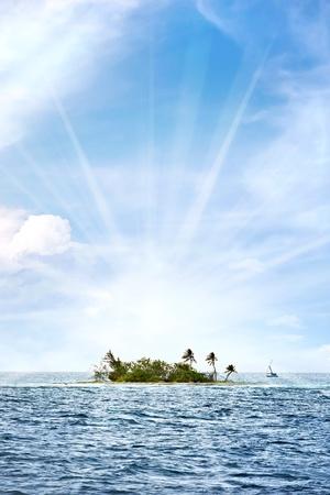 小さな無人島、プエルトリコの海岸オフ明るいレンズ フレアと Palominito と呼ばれます。