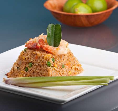 arroz chino: Un plato tailandesa de camarones fritos arroz presentada sobre un plato cuadrado blanco en la forma de una pir�mide.