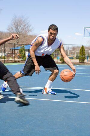 panier basketball: Un joueur de basket-ball jeunes dribbler la balle ant�rieur du concours.
