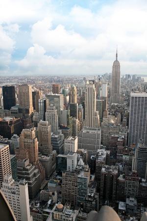 すべての建物とスカイラインを含むニューヨーク市のマンハッタン セクションの垂直からの眺め.