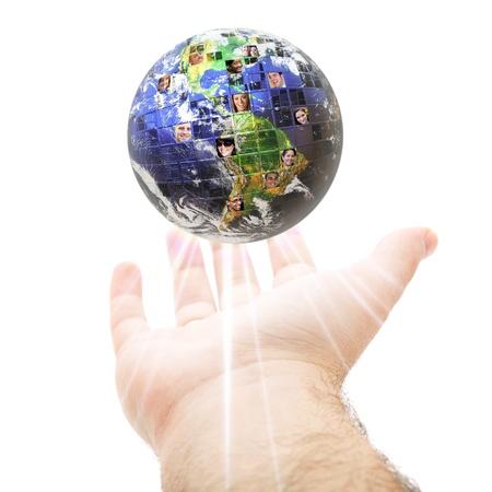 creador: Un montaje conceptual abstracto de una mano sosteniendo la tierra lleno de personas de todas las nacionalidades de diferentes razas y antecedentes.  Excelente para conceptos sociales de medios y comunicaciones.