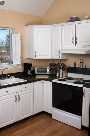 Modern kitchen countertop and appliances. 에디토리얼