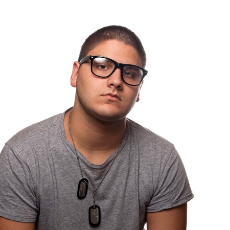 etiquetas de ropa: Un hombre joven adolescente aislado más de blanco vestido de negro gafas de empollón marco de época y tipo de placas de identificación militares de estilo. Foto de archivo