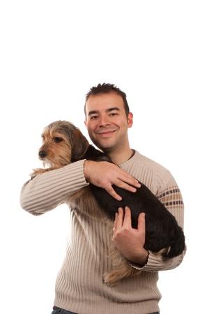 amigos abrazandose: Retrato de un hombre con un lindo perro de raza mixta aislado más de blanco.