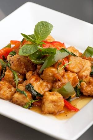Verse Thais eten roerbak met tofu en witte jasmijn rijst. Stockfoto
