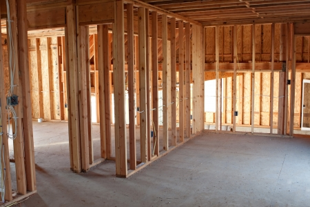 Lijst gebouw of woonhuis met de elementaire elektrische bedrading en hvac te voltooien. Stockfoto