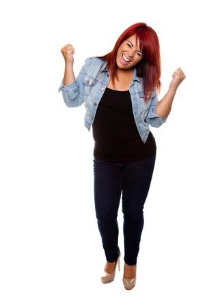 Jonge vrouw met trots juichen na gewichtsverlies geïsoleerd op een witte achtergrond.