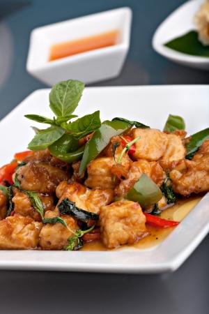 볶음 두부와 바 질 장식 신선한 태국 음식 볶음 튀김. 스톡 콘텐츠