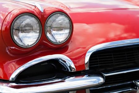 Een close-up van de koplampen en voorbumper op een vintage Amerikaanse auto.
