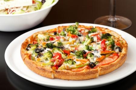 specialit�: Una media grandezza specialit� pizza fresca con condimenti extra calda e fresca di forno. Poca profondit� di campo. Archivio Fotografico