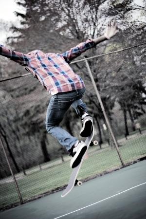 niño en patines: Un skater realiza trucos en algunas canchas de tenis.