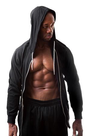 sudadera: Virada y arranc� magra muscular aptitud hombre que llevaba una sudadera con capucha aislado en un fondo blanco.