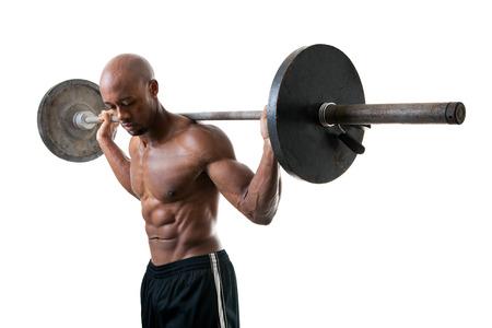 Afgezwakt en scheurde spiermassa fitness man tillen gewichten geïsoleerd over een witte.