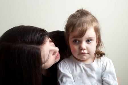 madre soltera: Muchacha del niño de edad siendo hablado por su madre. Gran imagen del concepto de crianza.