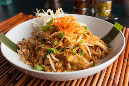 Kip pad Thai schotel van roer gebakken rijstnoedels met een eigentijdse presentatie.